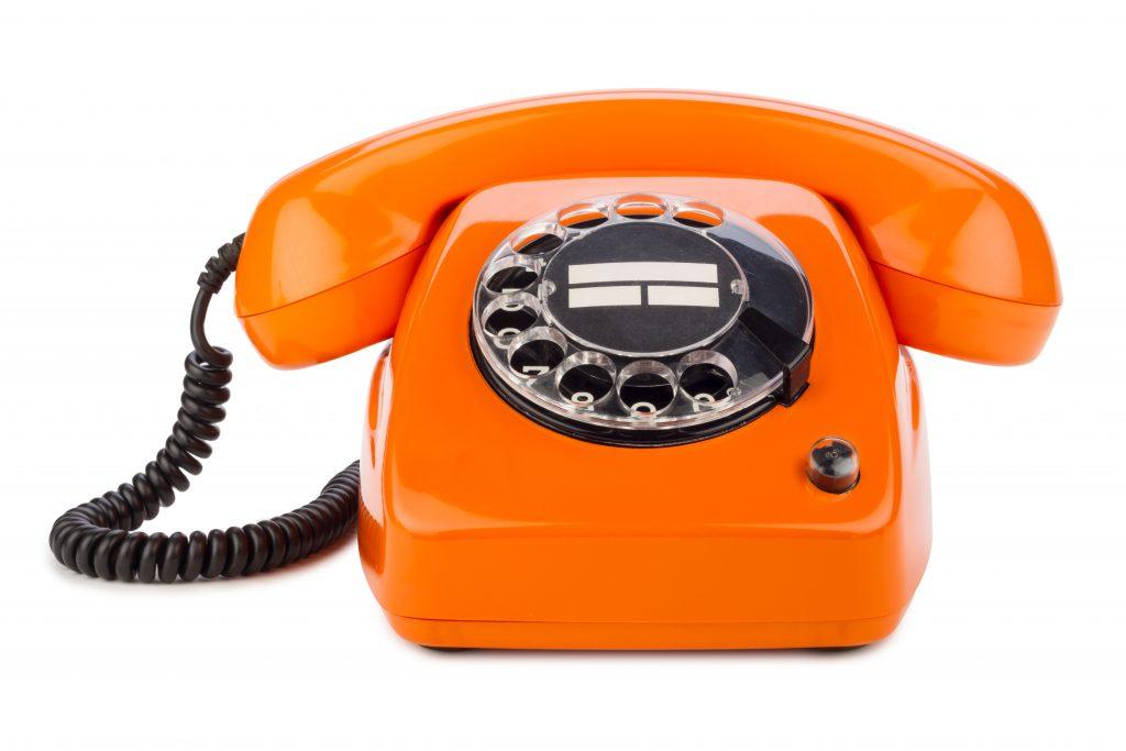 Orangefarbenes Telefon im Retrodesign